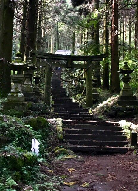 「夏目友人帳 伍」第11話「儚き者へ」の聖地巡礼?で高森町の上色見熊野座神社へ。石灯籠が似てる?という感じですが。ここは