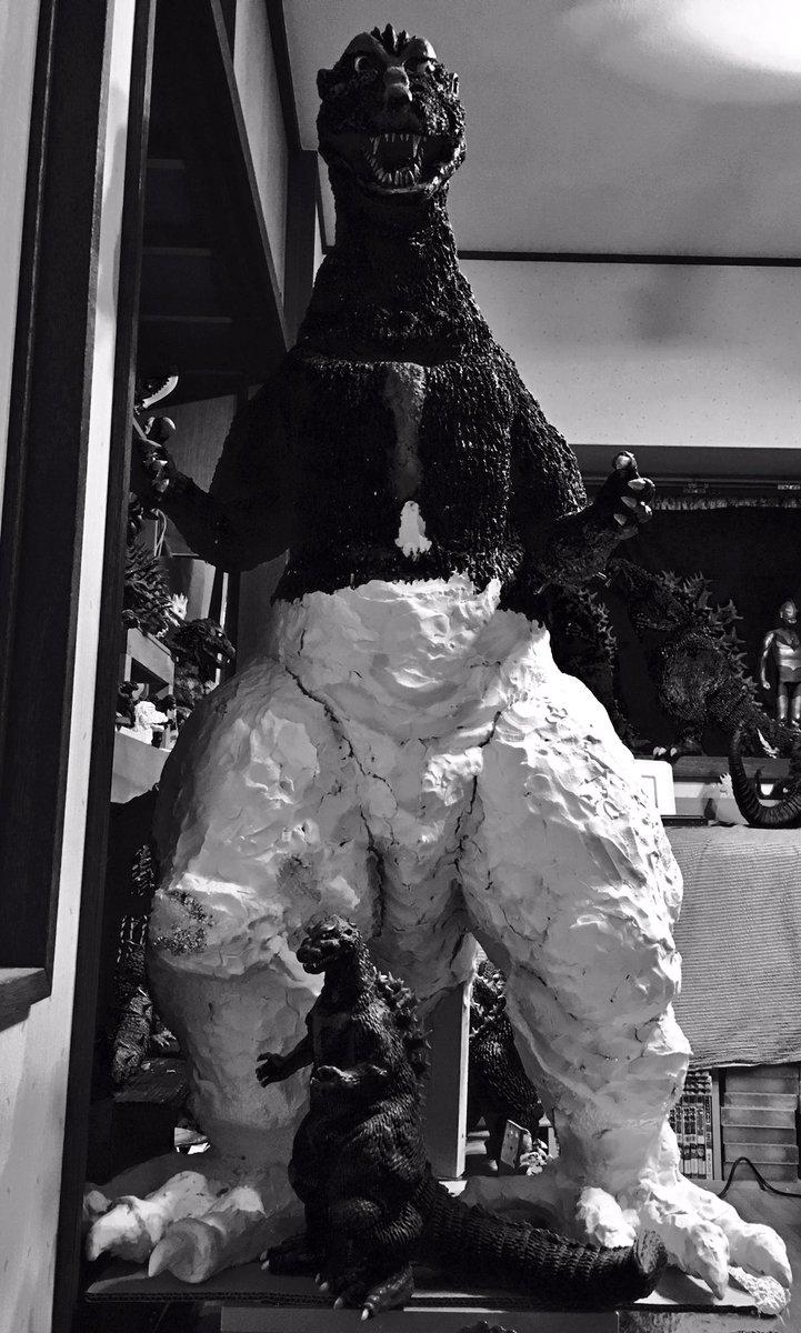 1メートル初代ゴジラはワンフェスの準備やらの合間の息抜きにやる。ビリケンの初代ゴジラと記念撮影。