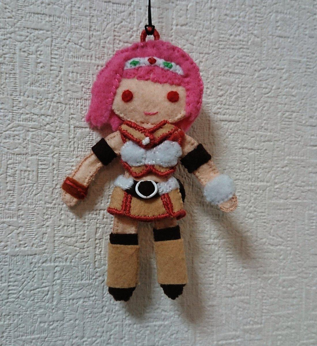 で、できた…!ニーナのぺたんこ人形。バハソウル熱を形にしたくてここしばらく夜なべしてました。いろいろ歪んでたり縫い足りな
