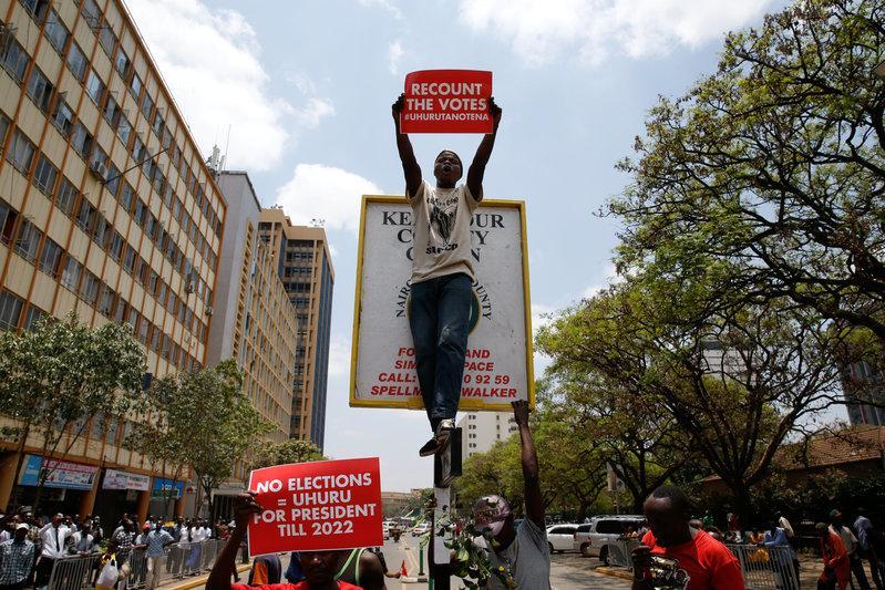 Kenyan police fire teargas at Supreme Court protesters https://t.co/CVDhhOkJlK https://t.co/ort7jkjJFh