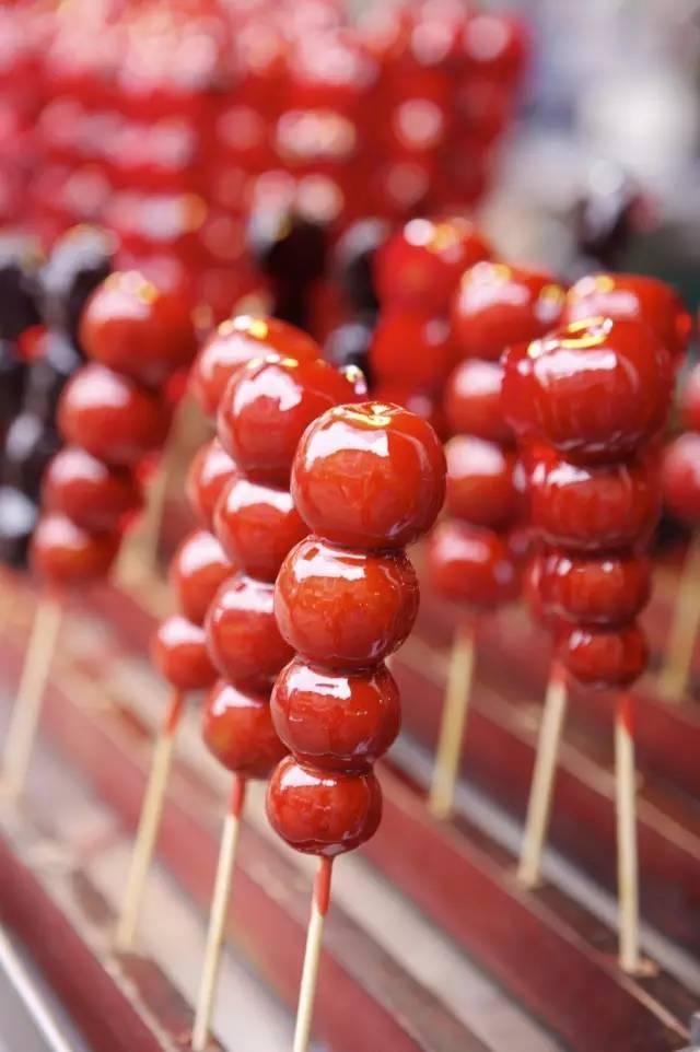 今回紹介するのは中国のお菓子、イベントの中にも出てきた「ザンザシ飴」❗中国語では糖葫芦(タンフール)と呼び、串で刺したサ