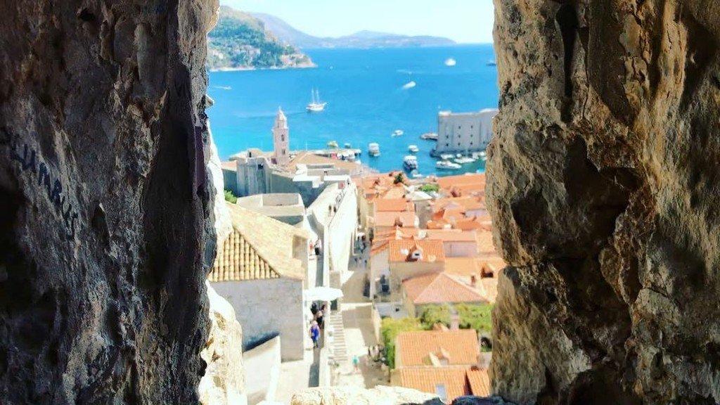 世界一美しい港町という話は、本当だった。完全に「魔女の宅急便」の世界。.#Croatia #Dubrovnik #生活旅