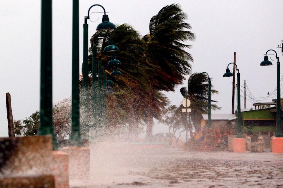 ÚLTIMA HORA  El ojo del huracán María tocó tierra cerca de Yabucoa, en Puerto Rico https://t.co/9ZOWsO02wT https://t.co/QA8EOu1GA2