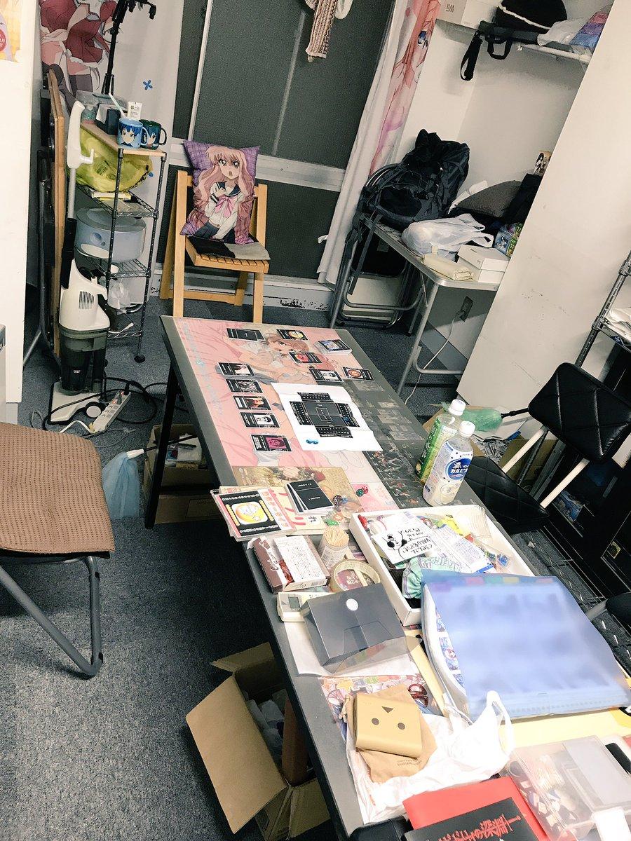実写版げんしけん部室のような理想の部屋で、伝説のラブライブピザを貰いました\(^o^)/