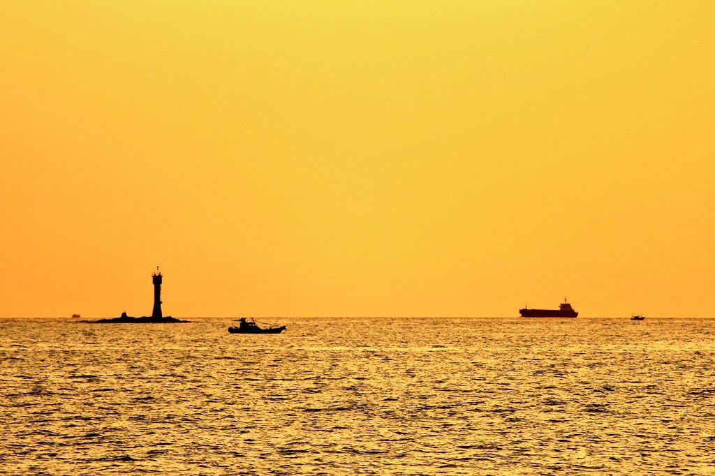 『ゴールデンタイム』野母崎の海も好きだが、こちらの海も善き哉。漁船にタンカーに灯台にと詰め込んだのが撮れました📷本当に時
