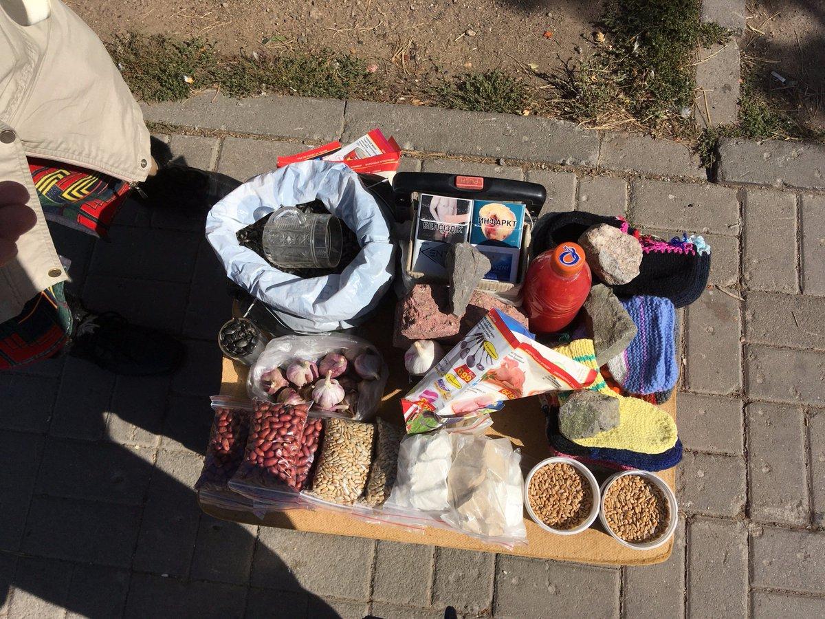"""Нам всем нужна """"герань""""? Истории людей, торгующих мелочами на улицах Астаны"""