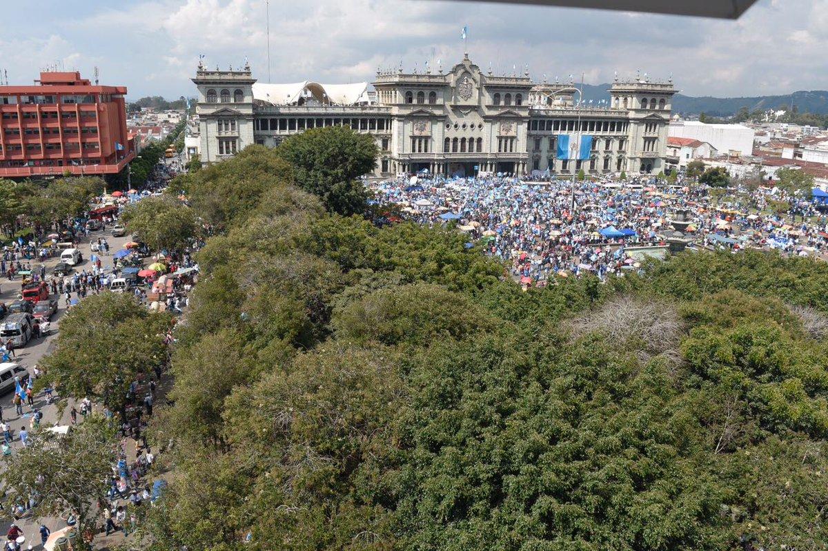 Miles de indignados abarrotan la Plaza Mayor para exigir renuncias de...