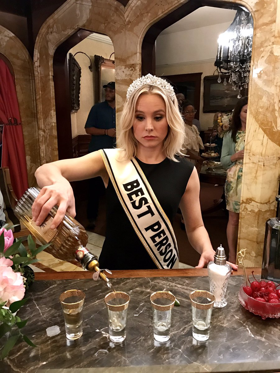 Eleanor is gettin' trashed and sashed at #TheGoodPlace party wz6KTjqWfk