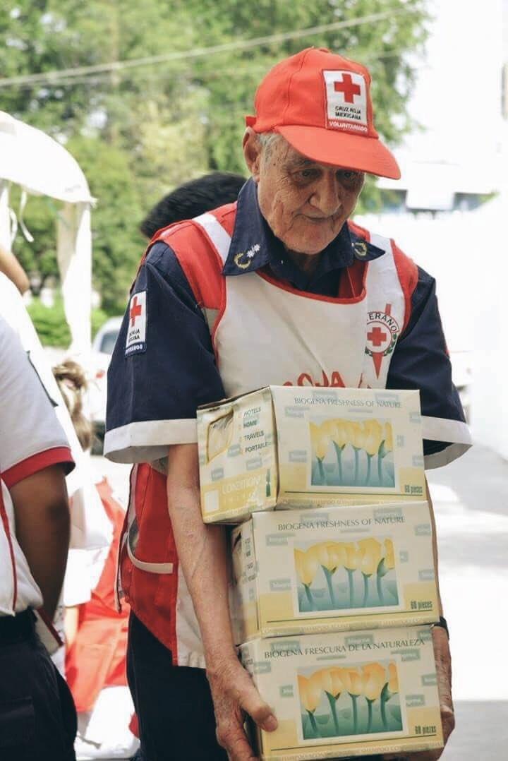 #EstoEsMéxico ���� Don Roberto González Pulido, 89 años de edad, paramédico voluntario en la Cruz Roja. https://t.co/WqQ93g3e0K