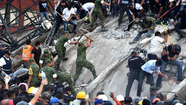 #Mexique 'J'ai vu des hommes en costume commencer à déblayer les gravas [...] ' #solidarité https://t.co/mU3bfjQjY6 https://t.co/YScQn7FEd9