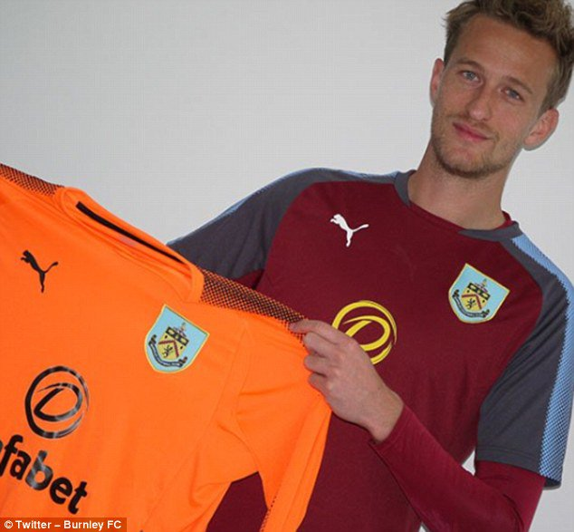 Burnley sign former Manchester United goalkeeper Anders Lindegaard htt...