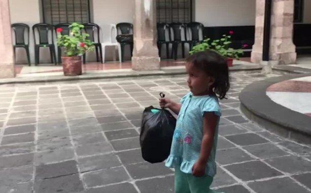 Una niña, el símbolo de los ecuatorianos que ayudan con donaciones para México https://t.co/KjEyPkqxoo https://t.co/aiXYAbOQCt