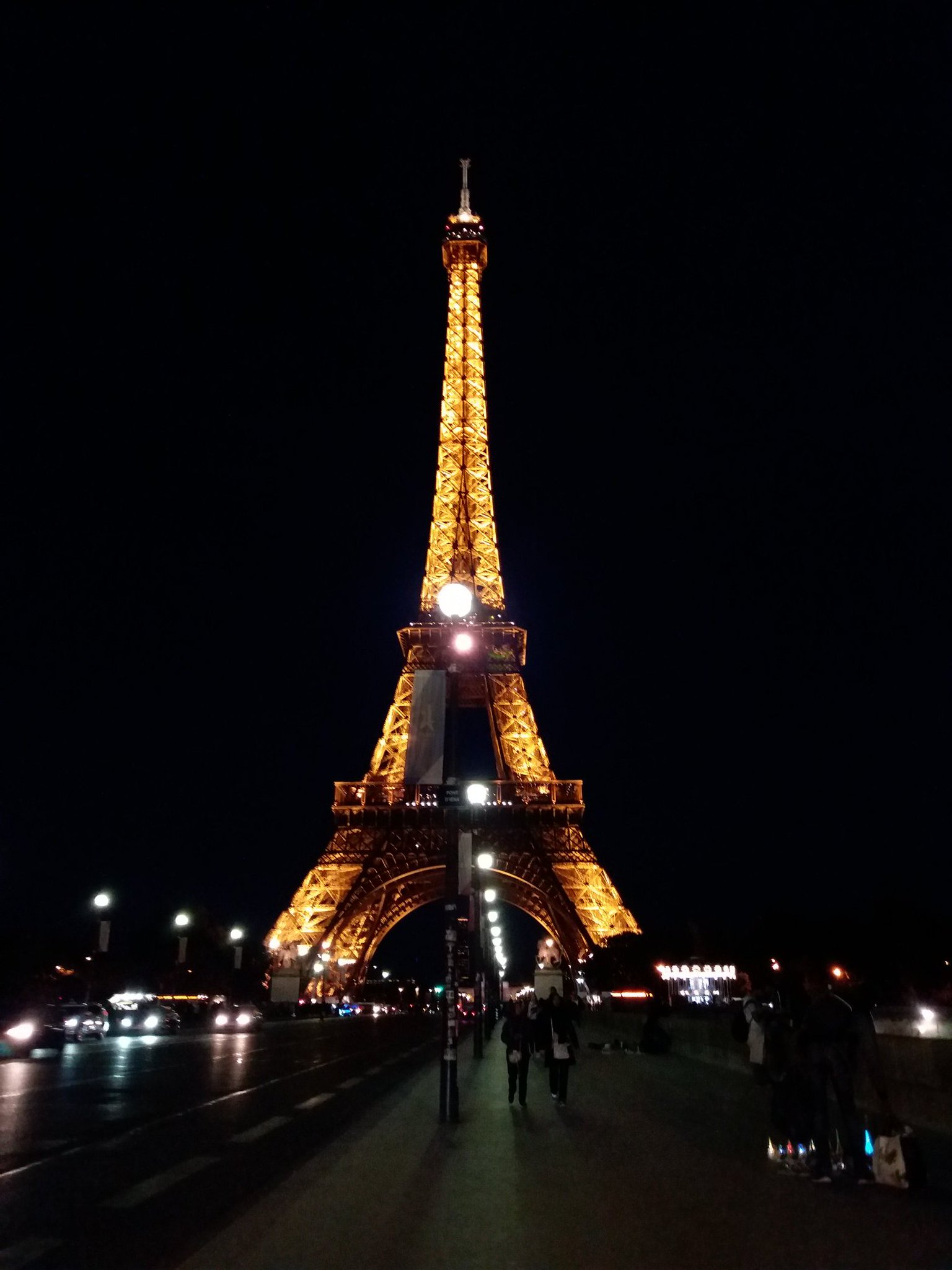 Buenas noches. #París https://t.co/SfhgDcXWwv