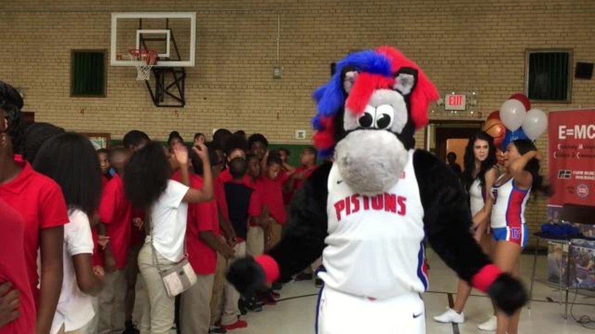 Detroit Pistons and Hooper help open new library in Detroit school