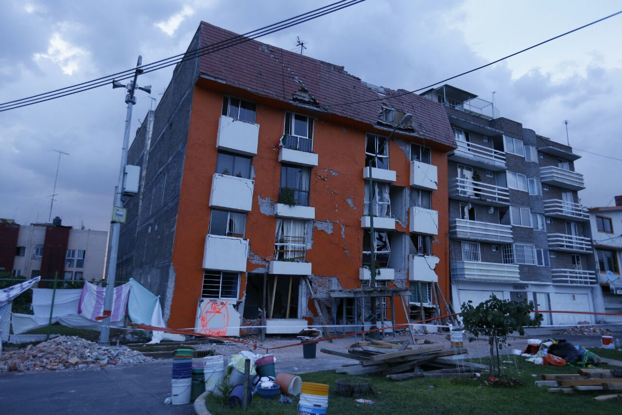 Rescatan cuerpos de edificio derrumbado tras #sismo en Lindavista https://t.co/poIzqrXbMe https://t.co/jyEqlWOwYh