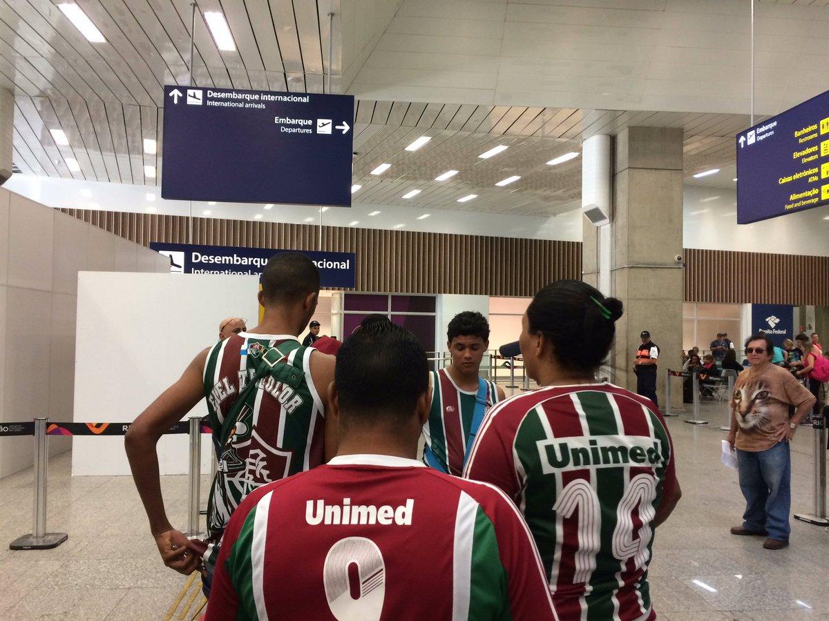 Torcedores que pularam da cama pra prestigiar o #Fluminense https://t.co/DQrgpxciqL
