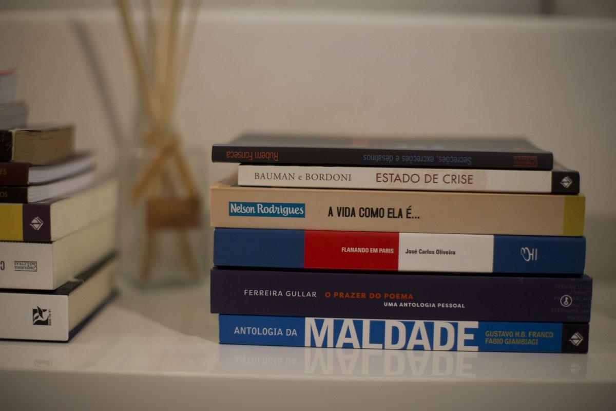 A biblioteca de Cabral em Mangaratiba 'Flanando em Paris' e 'Antologia da Maldade'