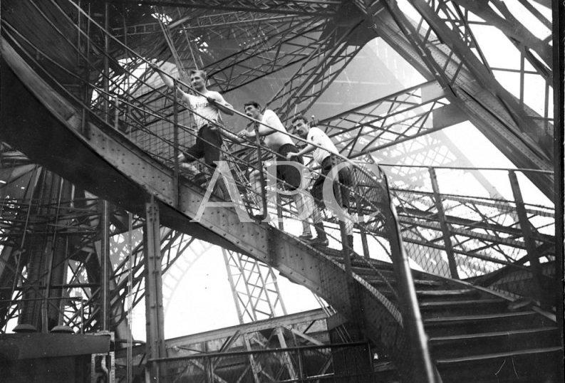 Carrera en la Torre Eiffel en el año 1906. #ABCfoto #París https://t.co/SucVmf9oJV https://t.co/DYKaV34Gh3