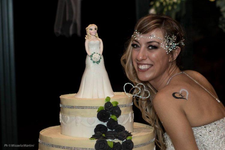 Sem namorado, noiva realiza sonho ao casar com ela mesma