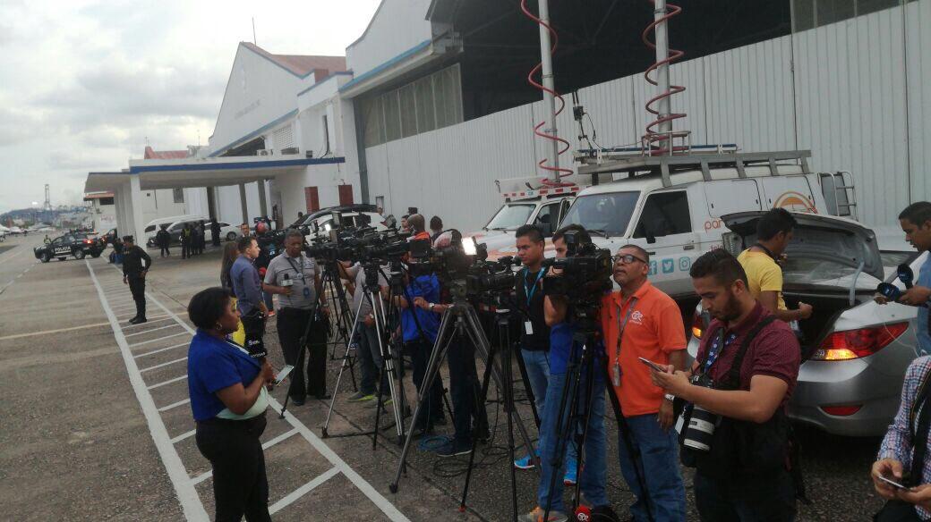 Periodistas están en el aeropuerto marcos gelabert de , a la espera ...