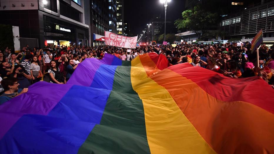 Grupos LGBT ocupam a Av. Paulista para protestar contra terapia de reversão sexua https://t.co/bnf9D6RZ47 https://t.co/9WELF8oYan