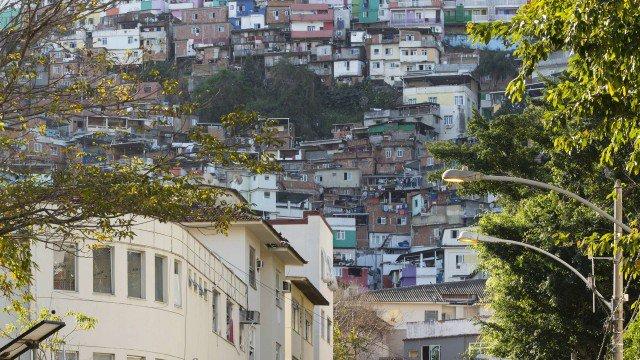 Tiros assustam moradores do Morro Dona Marta, na Zona Sul do Rio.