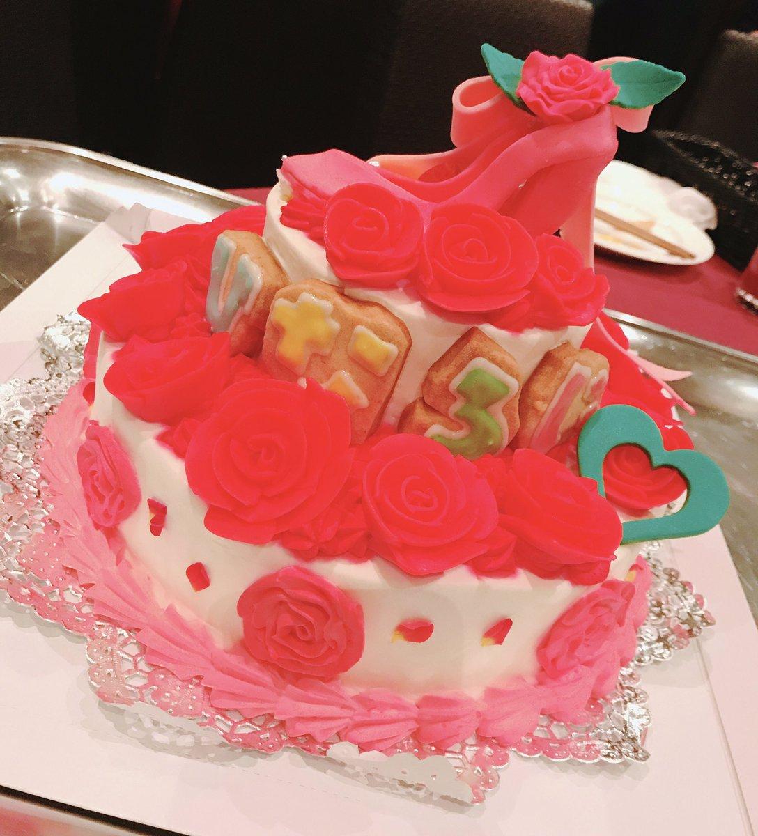 ひなろじケーキが出てきた!なんてフォトジェニックなの!!!どう写真撮ってもかわいい!!すごい!!!あ〜〜〜かわいい!!!