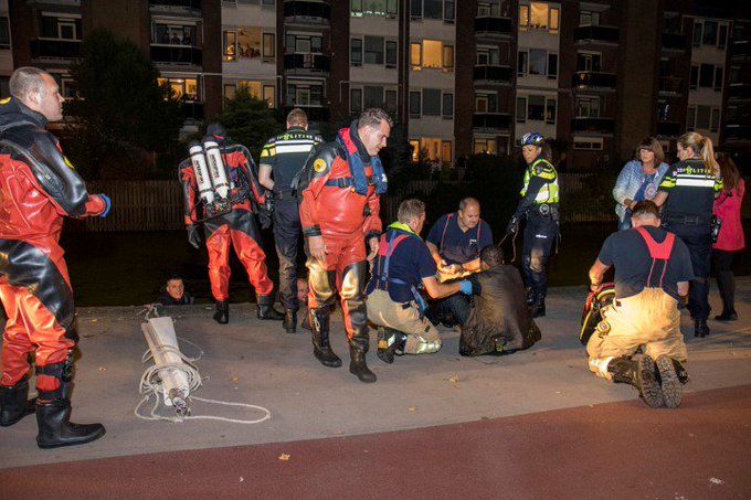 Man valt in de Schiedamse haven https://t.co/sjAqtuEglT https://t.co/9cZ91gGNRW