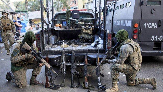 Seis são presos e 16 fuzis apreendidos em ações contra o tráfico de drogas na Rocinha