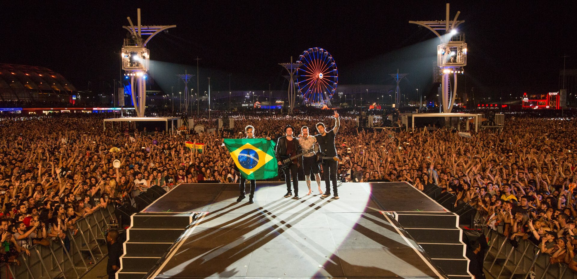 Obrigado Brazil ���� 9.21.17 @ Rock in Rio https://t.co/yf4Afn4nSu