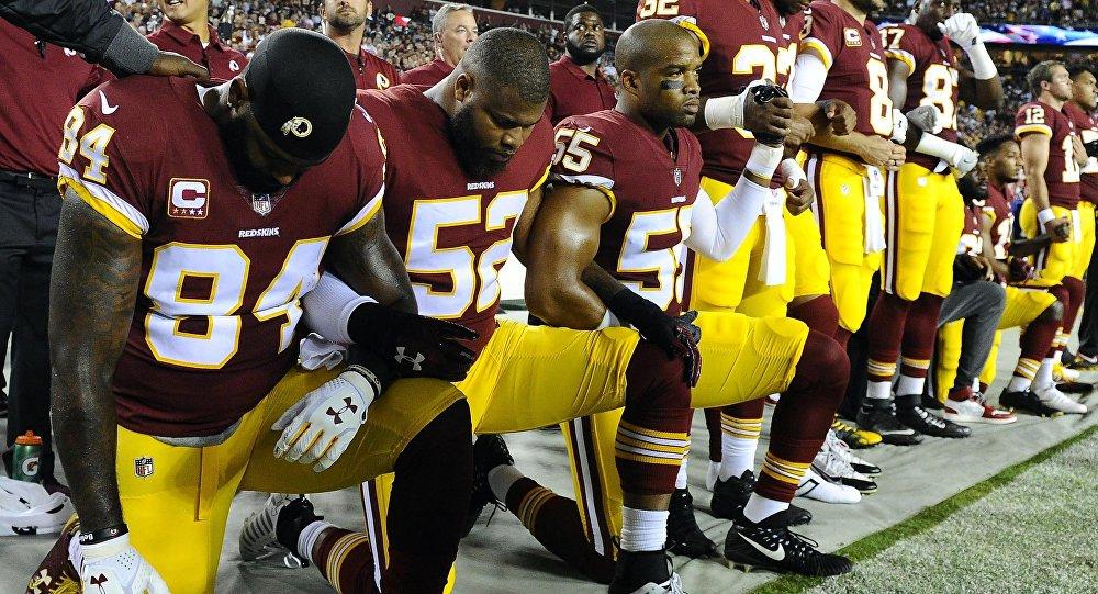Em protesto contra Trump, mais de 200 jogadores da NFL não se levantam...