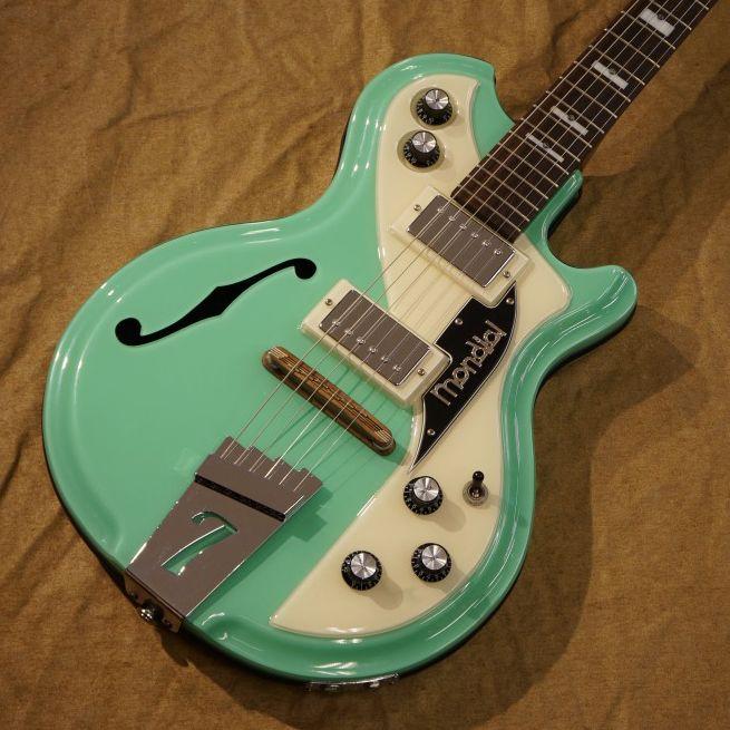 本日は面白いギターをご紹介。アニメ「涼宮ハルヒの憂鬱」の第12話「ライブアライブ」で主人公の涼宮ハルヒが弾いているギター