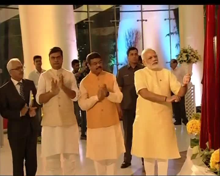 PM @narendramodi inaugurates Deen Dayal Bhawan in New Delhi   Watch LIVE: https://t.co/hMlRpgrUU6 https://t.co/5uGtE7F9vd