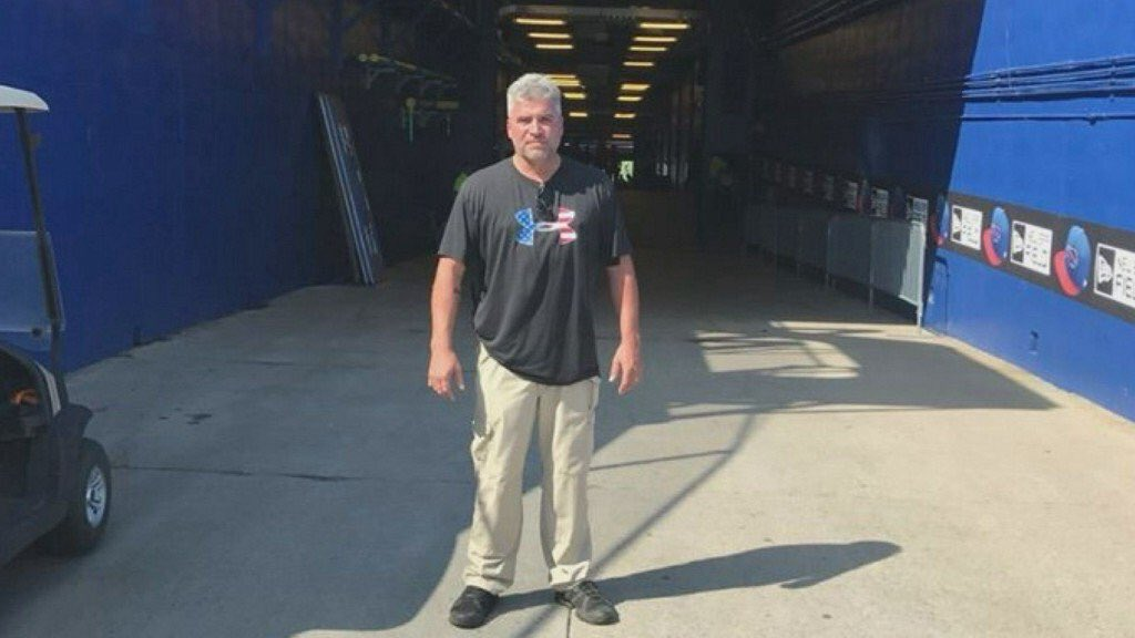 Man quits nearly 30 year stadium job after Buffalo Bills kneel during the anthem https://t.co/lYtkOBHxNE https://t.co/BRWGlYif4X