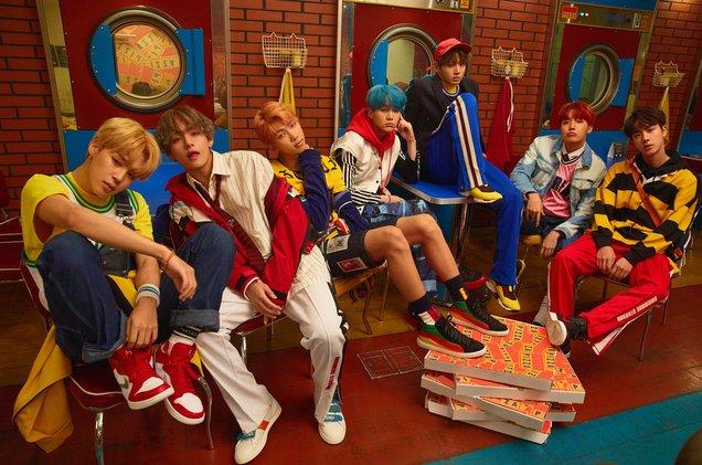 BTS se torna o primeiro grupo de K-Pop a entrar no Top 10 da Billboard...