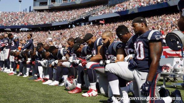 NFL選手がトランプ氏に抗議、国家斉唱中に片膝【#写真】 #NFL の選手たちが抗議の意思表明。#トランプ 大統領の一連の発言やツイートに反応したもの