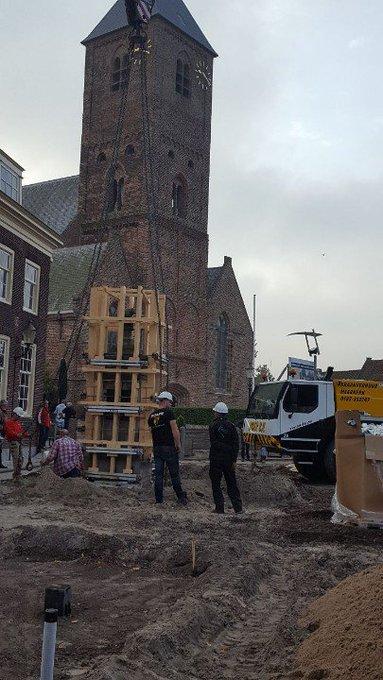 Naaldwijk Oude waterpomp aan het Wilhelminaplein heeft vanochtend een nieuwe plek gekregen. https://t.co/nrQxBVvsty