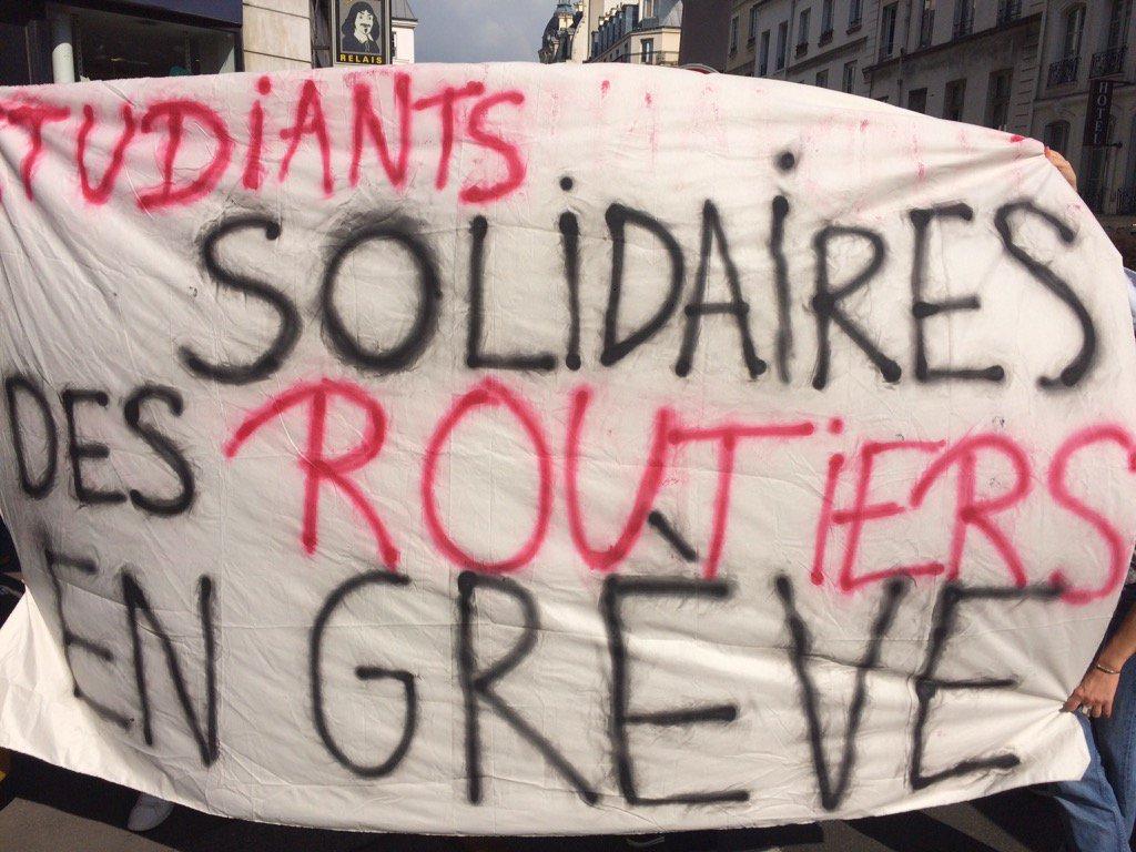 Les étudiants rassemblés contre la venue de #Macron devant la #sorbonn...