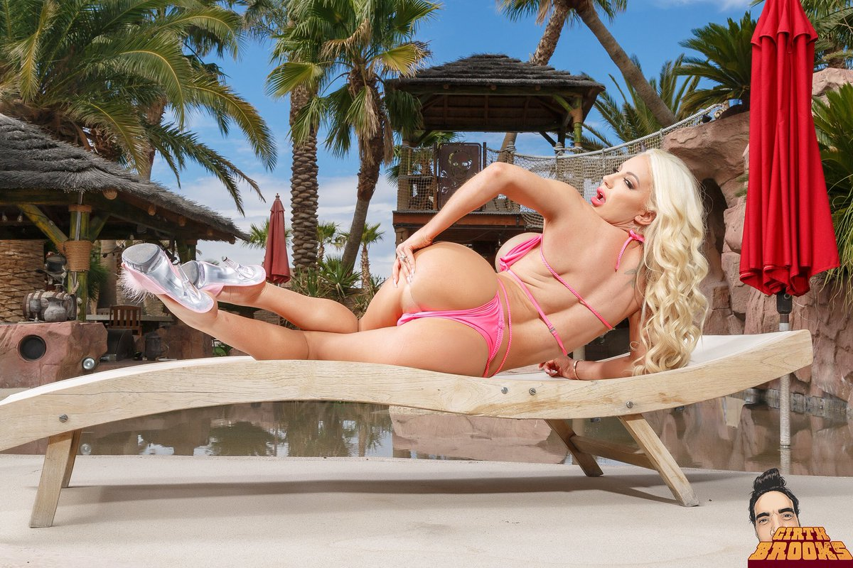 Pretty blonde babe Nicolette Shea revealing her gorgeous curves  517756