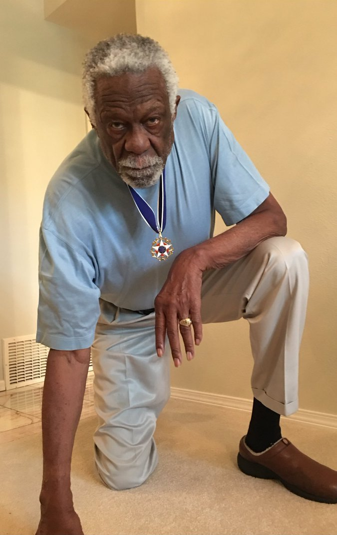 Bill Russell takes a knee while wearing Presidential Medal of Freedom https://t.co/b6RJBo5JdY https://t.co/5GvZEZuFlq