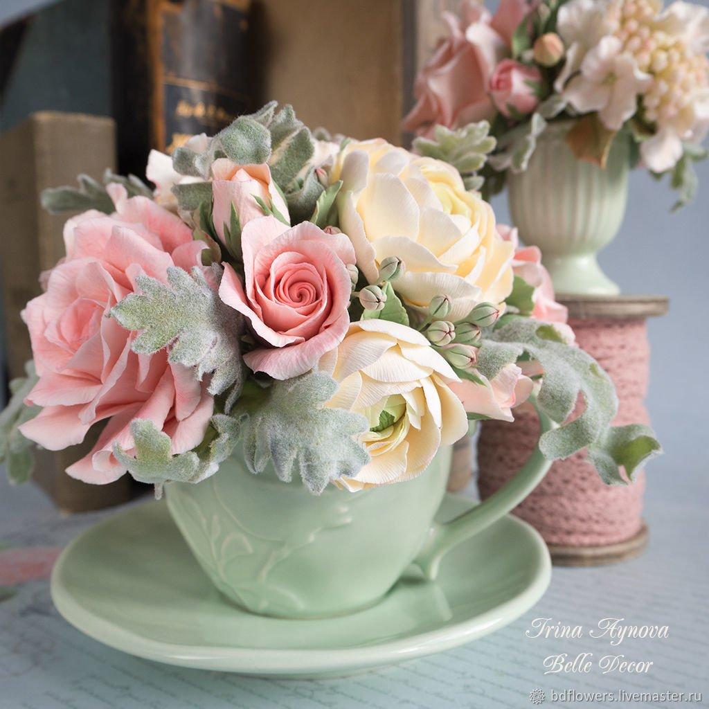 Искусственные цветы в чашке фото