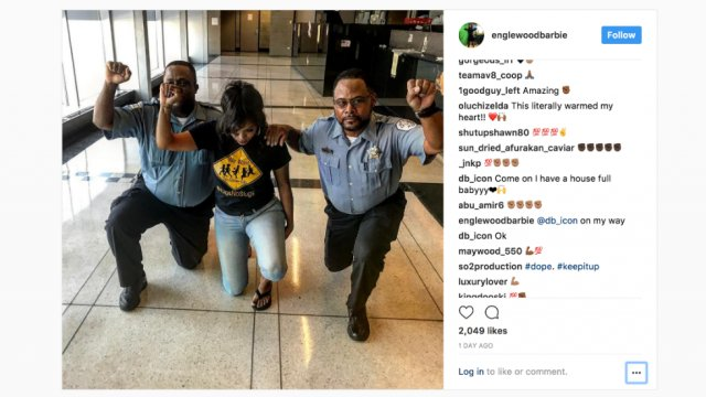 Chicago cops face reprimand after photo taking a knee with activist https://t.co/2QbjLitSyG https://t.co/Df5cnySdru