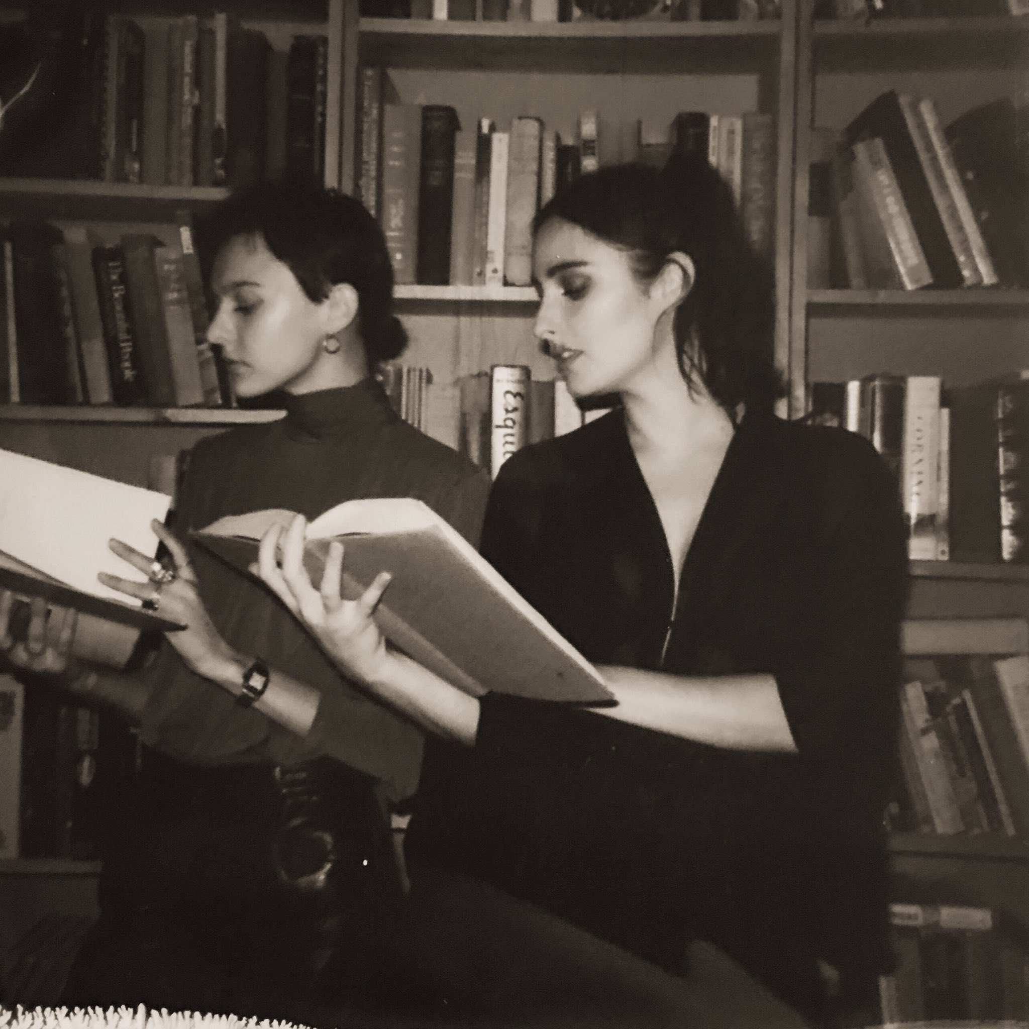 Our girl @morgansaint & @hernameisbanks doing some light reading after killing it in Phoenix last night ✨�� https://t.co/0zcufApUGt
