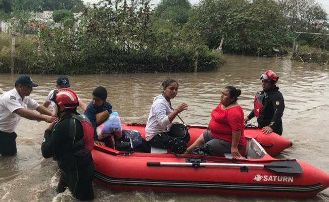 Desalojan a familias por inundación en Querétaro https://t.co/gWJnEUjkPQ https://t.co/qCRpSJzdM6