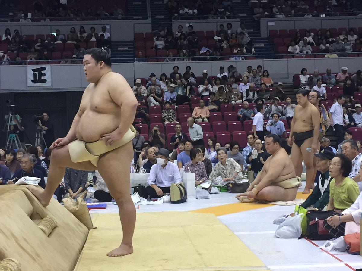 test ツイッターメディア - <秋巡業@浜松市>土俵下の豪栄道。後ろには稀勢の里。 #sumo https://t.co/hb90lwsAhu
