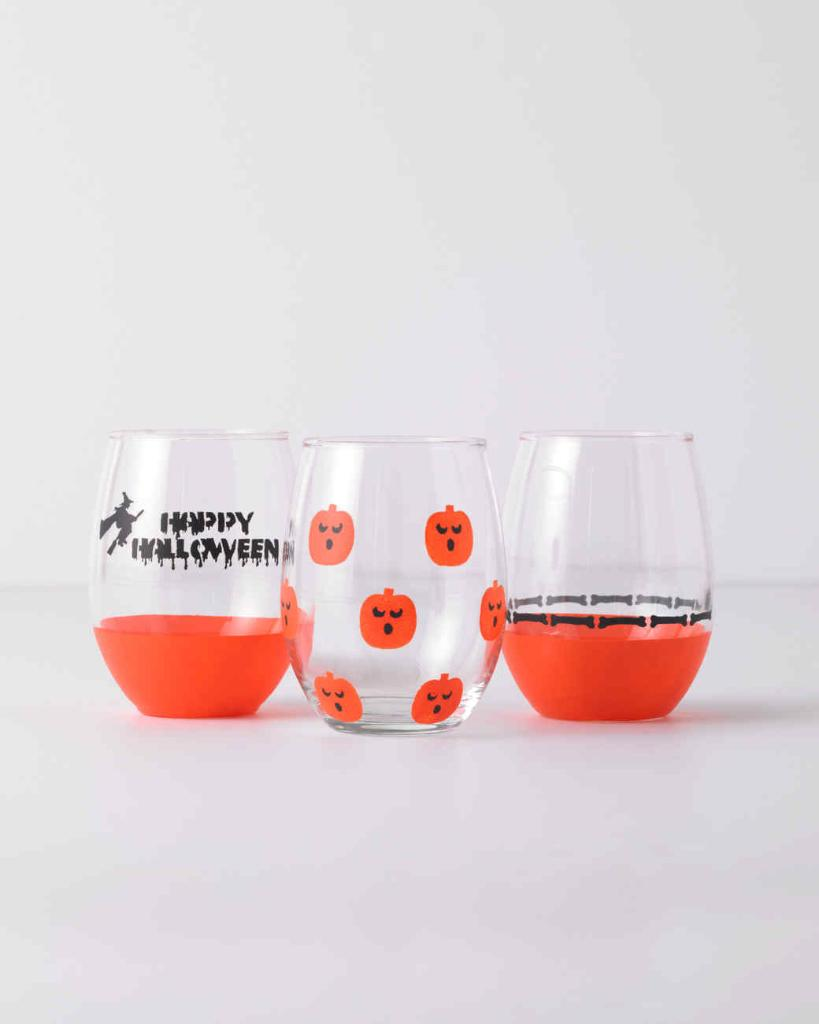 With these stenciled wine glasses, you can raise a ghoulish cup to Halloween. https://t.co/sUsAlza0xe https://t.co/fXqsdu3gaD