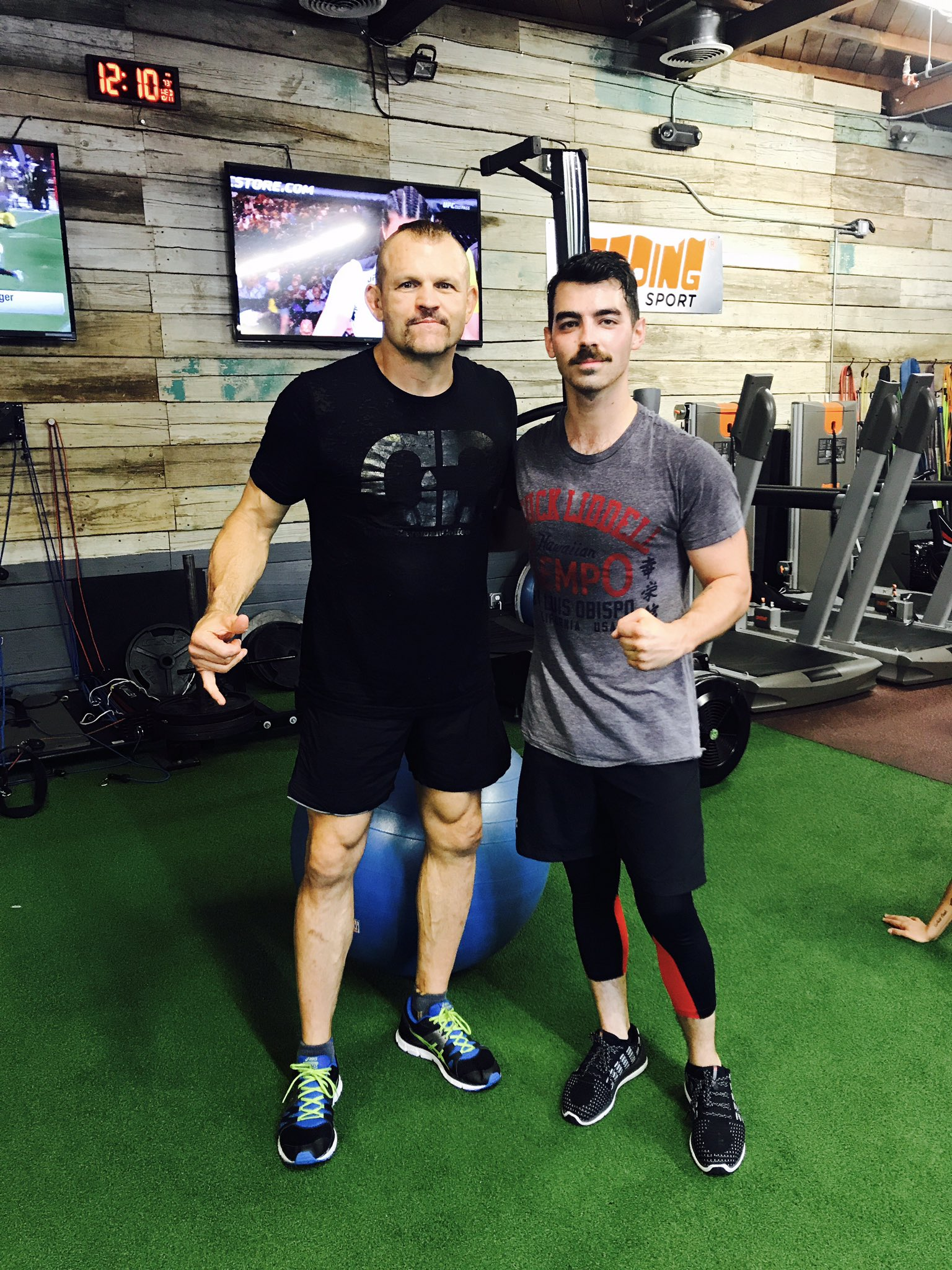 When you wear your Chuck Liddell shirt to the gym and run into Chuck Liddell https://t.co/yNUEBqI542