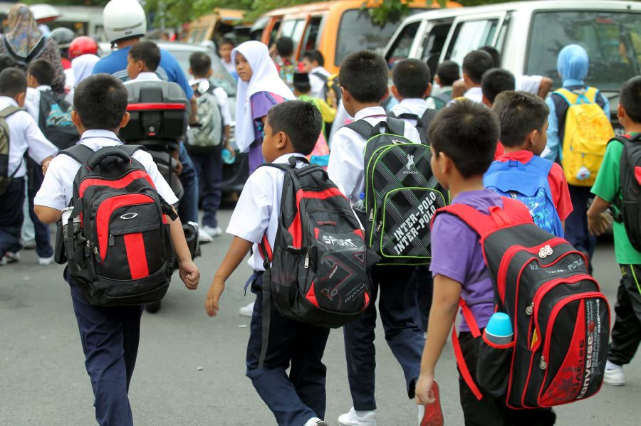 Use e-books in primary schools to avoid children carrying heavy bags