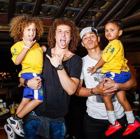 RT @LMDFoot_: Quand David Luiz et Thiago Silva rencontrent leurs mini sosies 🇧🇷 https://t.co/8vXLlSvgVN