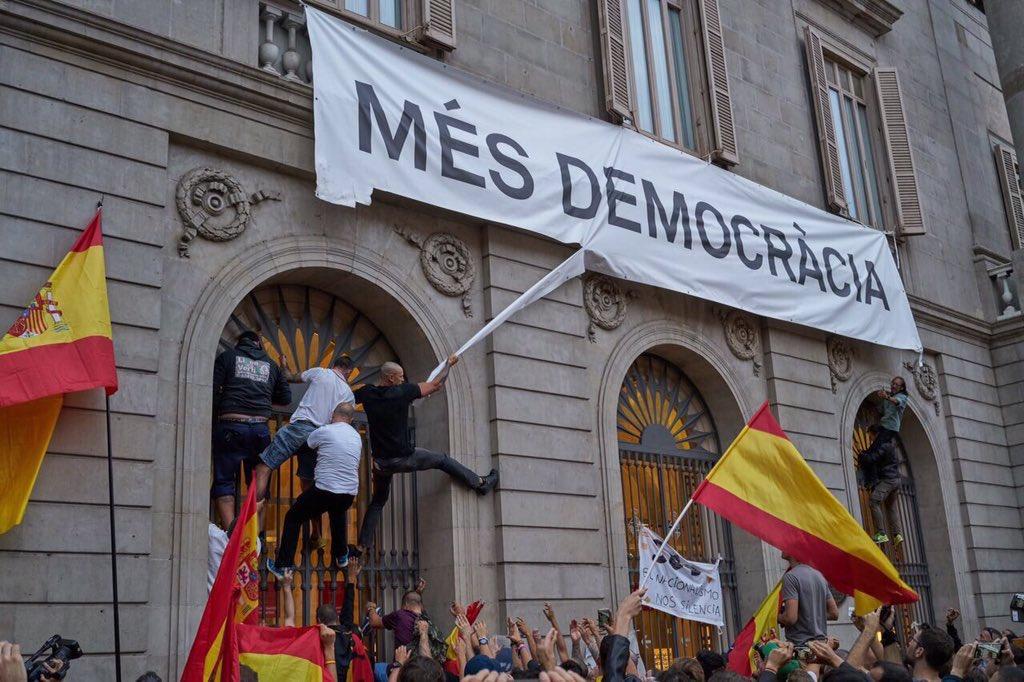 RT @KRLS: Aquesta fotografia és el discurs més eloqüent per explicar el que ens juguem en el referèndum de demà. https://t.co/apmCThjSGw
